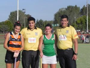 Las capitanas Micaela Angelino de Olivos y Giselle Agnoletti de Vilo con los árbitros en la previa del partido
