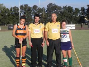Las capitanas Micaela Angelino de Olivos y Clara Alippi de San Fernando B con los arbitros en la previa del partido.